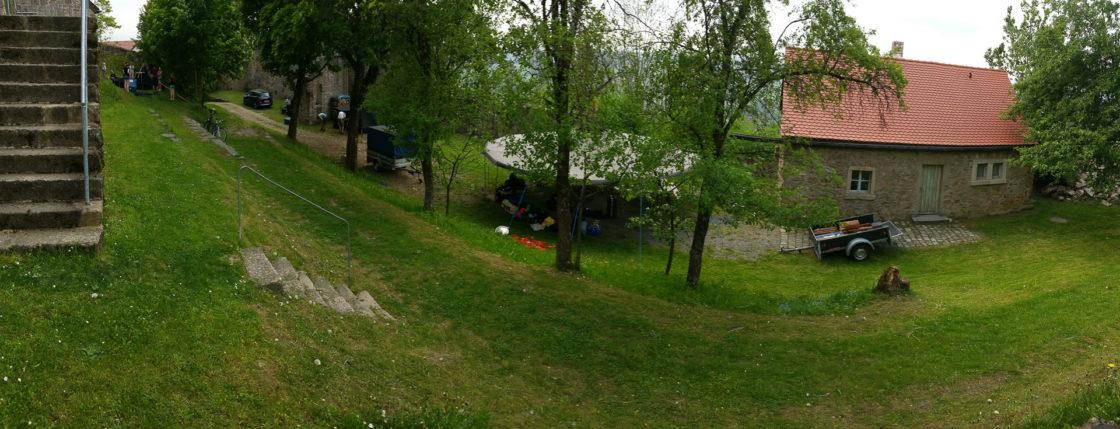 Unsere Zelte stehen auf dem Gelände einer Burgruine
